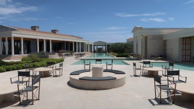 hotel-amanzoe-grecja-dziediniec